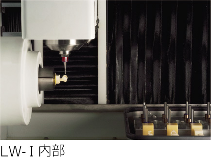 CAD/CAM用ブロック素材を削りだしている様子です