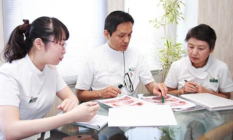 患者様一人一人の診療方針・経過に関しミーティングを行います。--br--(写真は歯科医師と歯科衛生士)